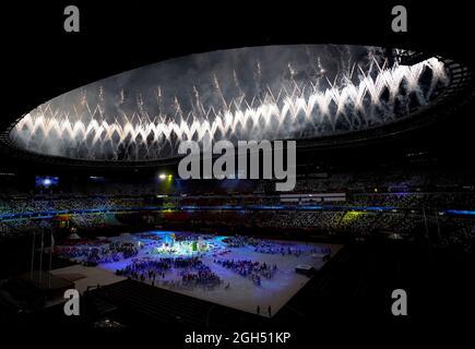 Das Feuerwerk explodiert während der Abschlussfeier der Paralympischen Spiele von Tokio 2020 im japanischen Olympiastadion. Bilddatum: Sonntag, 5. September 2021.