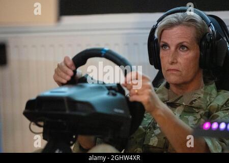 Die Gräfin von Wessex spielt ein Rennspiel namens Dirt 2, das Teil der E-Gaming Challenge ist, während ihres Besuchs bei RAF Wittering, Peterborough, wo sie den Gräfin von Wessex Cup besuchte, Ein jährlicher Wettbewerb, bei dem ihre Regimenter und militärischen Organisationen in einer Reihe von Herausforderungen gegeneinander antreten. Bilddatum: Dienstag, 7. September 2021.