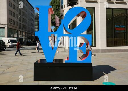 """London, Großbritannien. 07. September 2021. """"Kunst in Mayfair"""". Skulptur 'LOVE' Blue Faces Red Sides von Robert Indiana auf dem Berkeley Square. Quelle: Waldemar Sikora"""