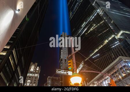 NEW YORK, NY - 11. SEPTEMBER: Am 11. September 2021 wird in New York City von Long Island City aus beobachtet, wie die Tribute of Light die Skyline von Manhattan erleuchtet.