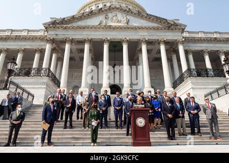Washington DC, USA. September 2021. Der Mehrheitsführer des Senats, Chuck Schumer, Demokrat von New York, spricht während einer Zeremonie über die Kapitolsstufen zum Gedenken an die Opfer der Anschläge vom 11. September. Kredit: Allison Bailey/Alamy Live Nachrichten