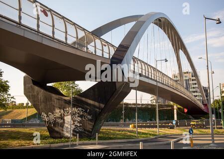 Mailand, Italien - september 8 2021 - Moderne Rad- und Fußgängerbrücke, die den Platz Gino Valle mit dem Park Portello verbindet