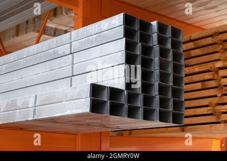 Stapel aus Baumaterial Aluminiumprofil für Trockenbau auf der Baustelle. Für Bauträger für Gipskarton, Gipskarton,