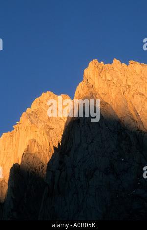 Sonnenaufgang auf den Klippen über Ruby Lake in der John Muir Wilderness, Inyo National Forest, Sierra Nevada, Kalifornien, - Stockfoto
