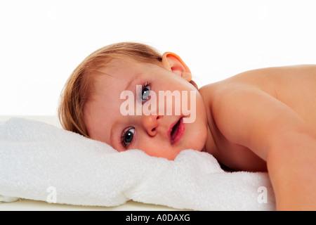 Baby Magen gerichtete Kamera auflegen. - Stockfoto