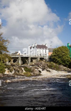 "Sneem Fluss unter der Brücke im Ortskern auf ""Ring of Kerry"" Strecke Sneem Co Kerry Irland - Stockfoto"