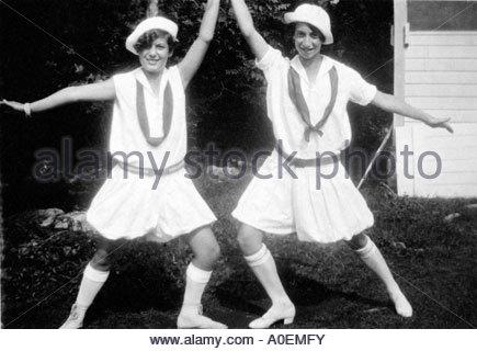 2 Mädchen stehen in einer akrobatischen pose - Stockfoto