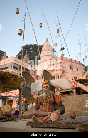 Hindu Sadhu in den hinduistischen Ghats am westlichen Ufer des heiligen Ganges in Varanasi in Nordindien - Stockfoto