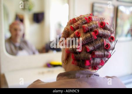 Lady 70S 80s bei traditionellen Friseuren England UK - Stockfoto