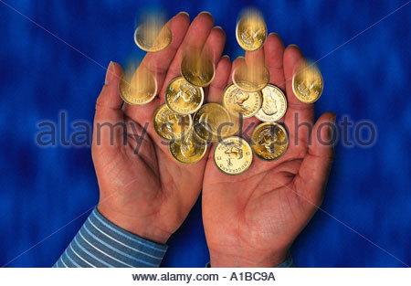 zwei Hände fangen Goldmünzen - Stockfoto