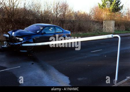 Auto abgestürzt in Laternenpfahl. - Stockfoto