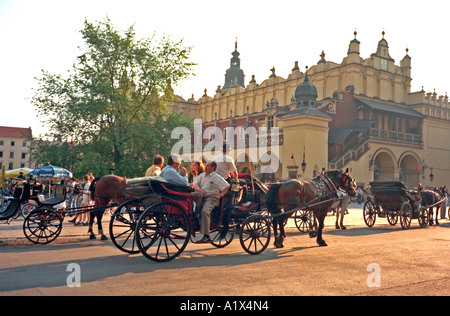 Tuchhallen und Pferd Buggy Taxi in dem Hauptplatz. Tuchhallen Krakau Polen - Stockfoto