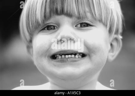 kleine Jungen machen lustige Gesicht lächelnd - Stockfoto
