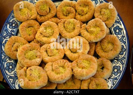 Marokko Nahost Arabisch arabische Kuchen hellbraun weichen süßen Konfekt Trockenplatte Keramik Auswahl Wirbel Gebäck - Stockfoto