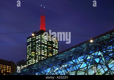 Architektonisches Detail Federation Square und Office Block in Melbourne CBD Victoria Australien - Stockfoto