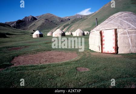 Jurte-Camp an der alten Karawanserei Tasch-Rabat im Süden Kirgisiens - Stockfoto