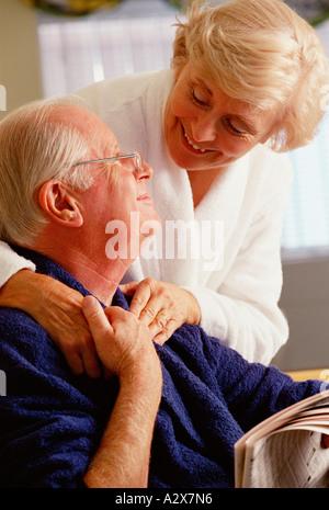 Senior Paar in Bademänteln im Innenbereich zum Frühstück. - Stockfoto