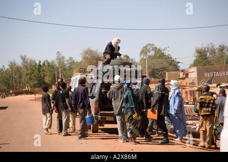 Bushaltestelle in der Douentza Stadt auf dem Weg nach Timbuktu, Mali, Westafrika - Stockfoto