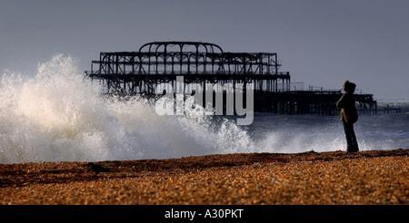 Ein stürmischer Tag am Strand von Brighton mit der marode West Pier im Hintergrund. - Stockfoto