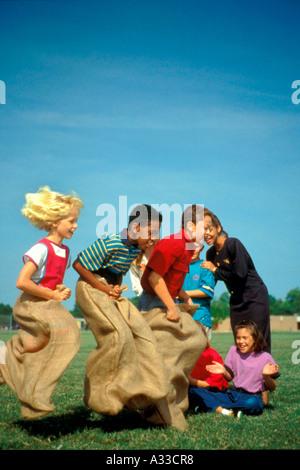 Kinder Sackhüpfen MR783 78 70E - Stockfoto