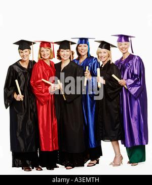 Porträt einer Gruppe von Reife Frauen tragen Graduierung Kleider und zusammenstehen - Stockfoto
