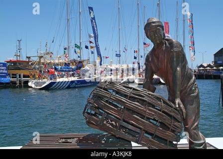 Skulptur eines Fischers mit Hummer-Kisten auf einer Mole im Hafen Freemantle Western Australia - Stockfoto