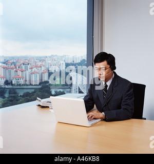 Geschäftsmann mit Laptop-computer - Stockfoto