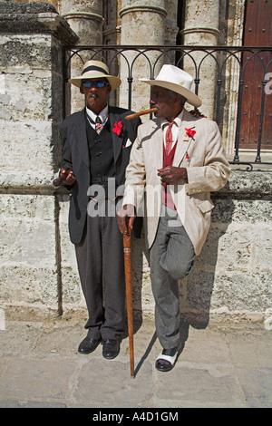 Zwei Männer, die rauchen Zigarren, Plaza De La Catedral, Havanna, La Habana Vieja, Kuba - Stockfoto