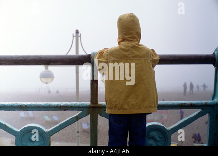 Fünf Jahre alter Junge am Strand von Brighton am nebligen Tag im April Sussex England uk Großbritannien Europa Eu - Stockfoto