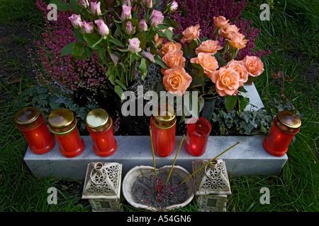 Kerzen und Blumenschmuck auf dem Ost-Friedhof in München Bayern Deutschland - Stockfoto