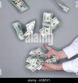 Handvoll fallenden Geld zu fangen - Stockfoto
