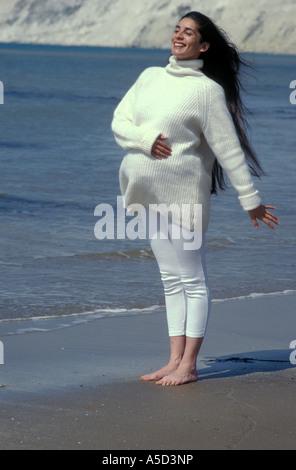Asiatin hochschwangere Anglo, atmen Sie frische Luft am Meer - Stockfoto