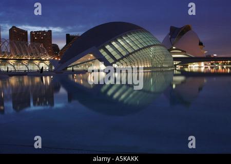 Valencia, Spanien in der Nacht die Stadt der Künste und Wissenschaften komplex das Hemisferic IMAX-Kino umfasst - Stockfoto
