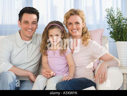 Porträt der Familie auf sofa - Stockfoto