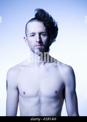 Mann mit halb rasierten Haaren und Bart - Stockfoto