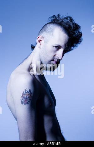 Nackter Oberkörper Mann mit halb rasierte Haare und Bart - Stockfoto