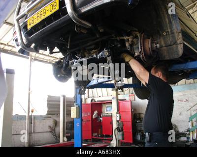 ein Mechaniker arbeiten bei einer Autowerkstatt im Gewerbegebiet der Stadt von Holon Israel - Stockfoto