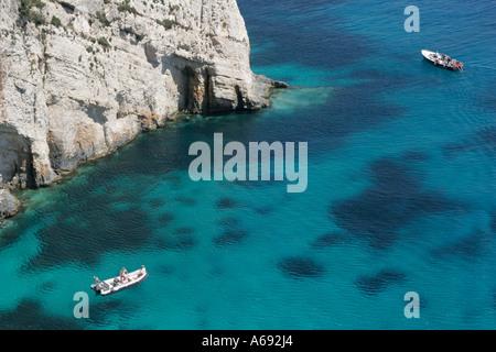 Kleine Boote Segeln rund um Felsküste auf schönen klaren, blauen Meer, Ansicht von oben, Zakynthos, Zakynthos, [Ionischen - Stockfoto