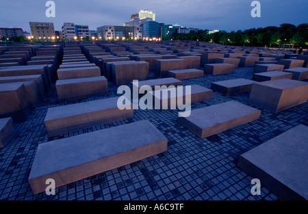 Holocaust-Mahnmal in Berlin. Holocaust-Mahnmal in Berlin von Architekt Peter Eisenman Mit Skyline Potsdamer Platz. - Stockfoto