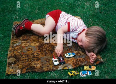 Jungen spielen mit Spielzeug Autos - Stockfoto