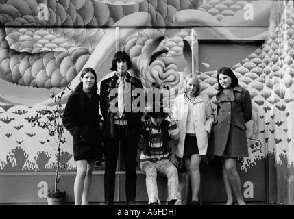 Jugendliche stehen vor einem Geschäft namens Oma fliegt im Kings Road London 1967. - Stockfoto