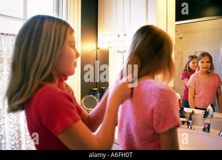 Mädchen Haare Bürsten - Stockfoto