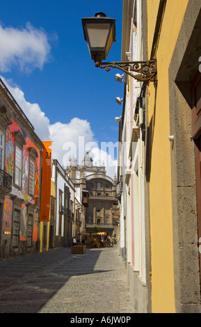 Typische bunte Straße in Vegueta alte Stadt Las Palmas führt zu der Kathedrale Santa Ana in der späten Nachmittagssonne - Stockfoto