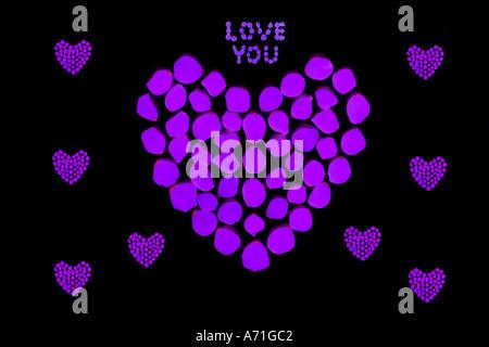 Herzen und Worte Liebe Sie aus Rosenblättern entstehen dann manipuliert - Stockfoto