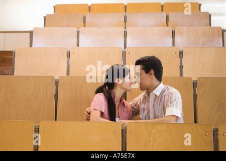 Studenten, die in leeren Klassenzimmer küssen - Stockfoto