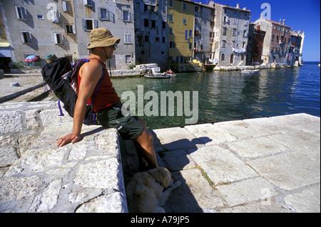 Sommer-Tourist auf dem Dock Altstadt von Rovinj auf der Adria Kroatien Mittelmeer MR - Stockfoto