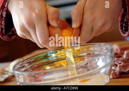 Cracking Eiern in eine Schüssel für ein Omelett - Stockfoto