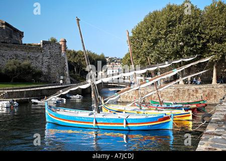 Katalanische Boot in der Bucht von Collioure, Pyrenäen Orientales, Frankreich. - Stockfoto