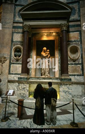 Rom studieren Italien der Grab von Raphael, dessen Körper unter einer Madonna von Lorenzetto im Pantheon ruht - Stockfoto