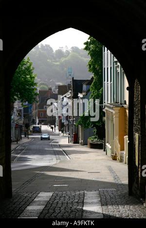 Winchester Torbogen Blick durch Stadtzentrum Hautpstraße Hampshire England uk gb - Stockfoto